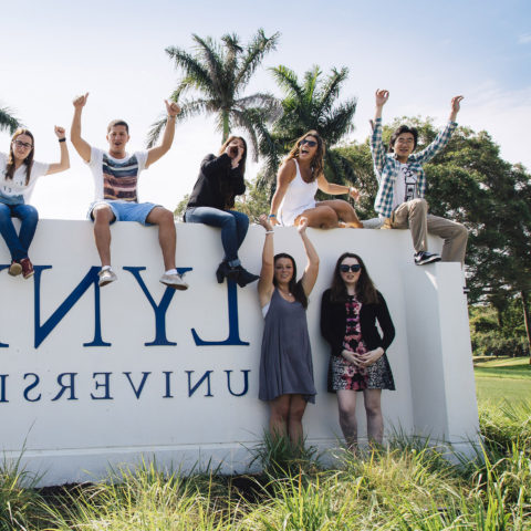 Students pose outside on bbin宝盈集团 sign in Boca Rat上.